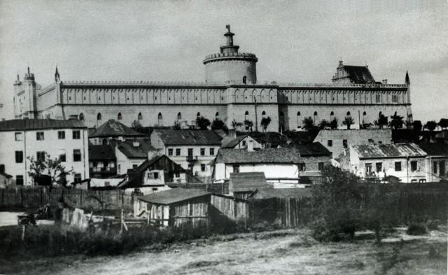 Podzamcze i widok na Zamek Lubelski, który w tym czasie był więzieniem.