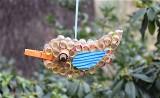 W Galerii BWA w Zielonej Górze dzieci podczas warsztatów plastycznych zbudowały ptaki mające odstraszać komary