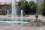 Miejskie fontanny w czasie upału. Mieszkańcy wykorzystują je dla ochłody. Kąpiele w takiej wodzie mogą być jednak niebezpieczne dla zdrowia