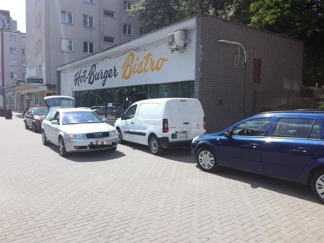 Te zdjęcia Pieszy Białystok opublikował 19 i 20 czerwca na Facebooku. W te dni było mnóstwo aut zaparkowanych na chodniku przy ulicy Skłodowskiej. Nie tylko zresztą przed lokalami wzdłuż chodnika, ale również przy bazarku zaraz obok sklepu Opałek