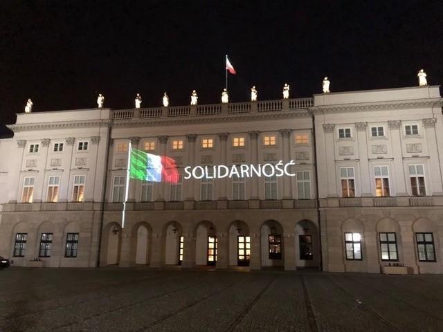 Władze Chivasso na swojej stronie internetowej poinformowały o rozmowie burmistrza tego miasta z prezydentem Przemyśla. Zamieścili symboliczne zdjęcie, iluminację Pałacu Prezydenckim w Warszawie. Solidarność z Włochami.