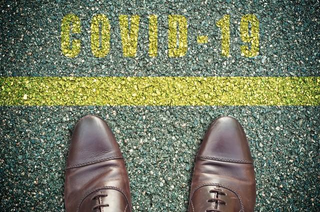 Pomimo niskiego prawdopodobieństwa zakażenia koronawirusem przez podeszwy obuwia, warto podjąć dodatkowe środki bezpieczeństwa, aby patogeny nie przedostały się do domu.