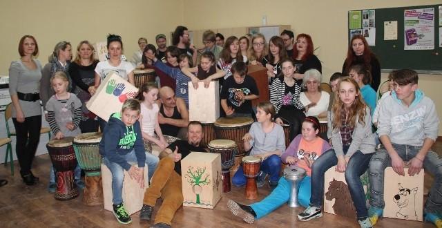 """W Świetlicy Jutrzence w Staszowie zebrało się blisko 40 osób ze wszystkich filii świetlic na terenie gminy Staszów wspólnie realizujących projekt """"Nie ma nudy jest cajon""""."""