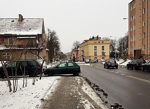 """""""Zielona Góra, ul. Ogrodowa - auto zaparkowane na chodniku. Całkowity brak przejścia. Trzeba było wejść na ulicę"""" – napisał w mailu do naszej redakcji czytelnik i przysłał zdjęcie autodrania."""
