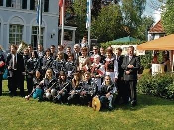 Do wspólnego zdjęcia w ogrodach Konsulatu Generalnego w Monachium ustawiła się cała delegacja powiatu wielickiego Fot. Barbara Rotter-Stankiewicz