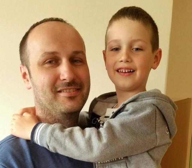 Bartłomiej Sułkowski codziennie patrzy na cierpienie syna. Dla Stasia przejedzie 1111 km na rowerze, żeby uzbierać na jego operację
