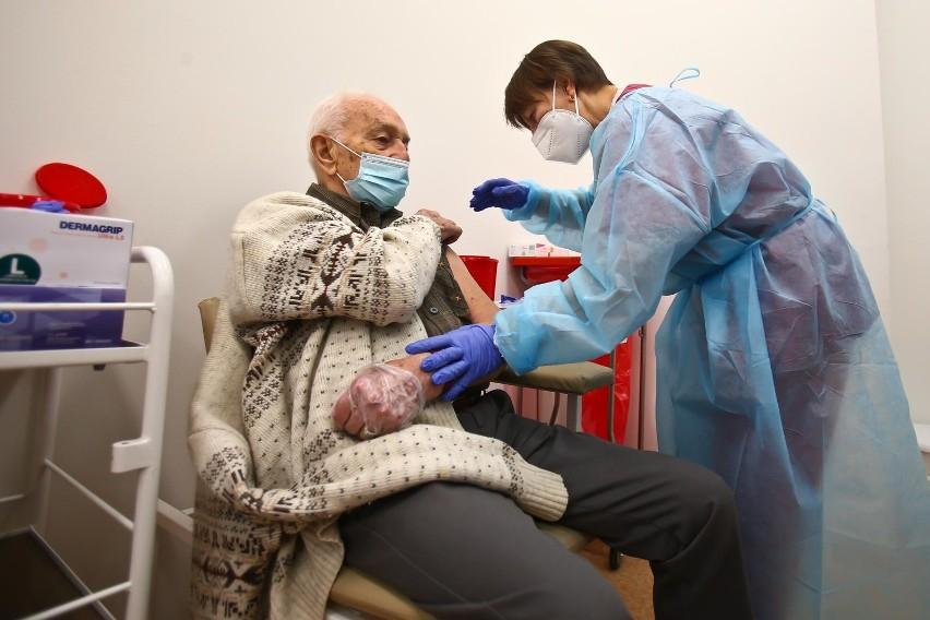 Sondaż: Rośnie liczba chętnych do szczepienia przeciwko...