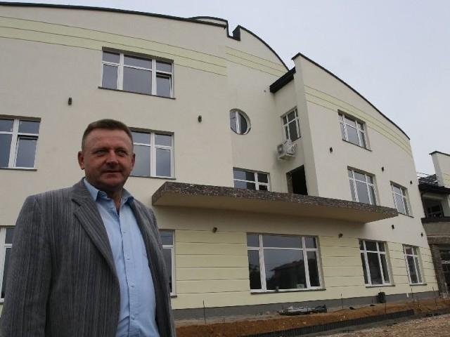 Andrzej Malicki czuwa nad wszystkimi pracami na budowie. Jeszcze w tym roku zostanie zagospodarowany parter budynku.