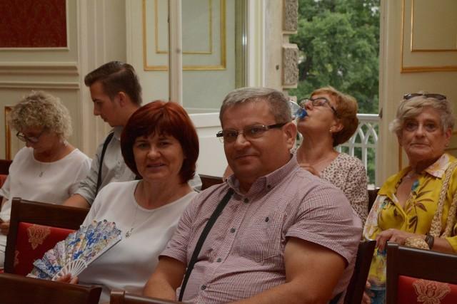 """Tegoroczny festiwal muzyki dawnej - """"Muzyka w Raju"""", owego muzycznego raju poszukuje w różnych ciekawych zakątkach ziemi lubuskiej. W tym roku zaplanowano aż 16 festiwalowych dni z 33 koncertami w: Żaganiu, Letnicy, Świdnicy i Gorzowie.Festiwal rozpoczął się w piątek 9 koncertem w sali Kryształowej Pałacu Książęcego w Żaganiu, gdzie publiczność wysłuchała koncertu """"Opera bez śpiewu"""" w wykonaniu: Jasenka Balic Zunic (skrzypce), Joanna Boślak-Górniok (klawesyn) z towarzyszeniem orkiestry – Green Kore - prowadzonej przez wspomnianą klawesynistkę. Tego samego wieczoru w żagańskim Kościele pw. Nawiedzenia NMP melomani mogli dalej świętować, przy muzyce międzynarodowej formacji - Les Timbres. W sobotę i niedziele, czyli 2 i 3 dzień festiwalowy, to również koncerty w Żaganiu: zespołów: La Mora i Les Timbres w Pałacu Książęcym i Kościele Mariackim.Od poniedziałku 11 sierpnia festiwal przenosi się do Świdnicy, później do Filharmonii Gorzowskiej, by na kolejny weekend powrócić do Gościkowa – Paradyża."""
