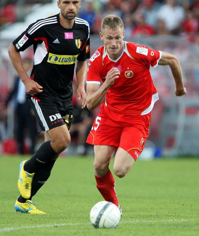Eduards Visnjakovs zmierzy się na boisku z Marcinem Robakiem