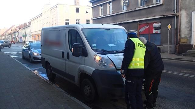 Prawidłowo przechodzącą po przejściu dla pieszych 66-letnią mieszkankę Wschowy potrącił kierowca busa. Piesza z poważnymi obrażeniami ciała trafiła do szpitala. 29 - letniemu kierowcy zatrzymano prawo jazdy.Do zdarzenia doszło w poniedziałek, 8 stycznia, tuż przed godziną 7.00 w centrum Wschowy. Ze wstępnych ustaleń wynika, że kierowca busa jadąc od strony ul. Niepodległości, przejeżdżając skrzyżowanie, na wysokości przejścia dla pieszych na ul. Kostki nie zauważył 66-letniej mieszkanki Wschowy, która praktycznie schodziła już z przejścia dla pieszych i potrącił kobietę.29-latek prowadzący busa był trzeźwy. Wschowscy policjanci ustalają okoliczności w jakich doszło do wypadku. Potrącona doznała poważnych obrażeń w postaci złamanego obojczyka, żeber, odmy płucnej oraz urazu głowy.Kierowcy pojazdu dostawczego zatrzymano prawo jazdy.ZOBACZ RÓWNIEŻ:Szok! Auto przecina drogę rowerzyście i zjeżdża po schodachZobacz rownież: Magazyn Informacyjny Gazety Lubuskiej. Najważniejsze informacje tygodnia: