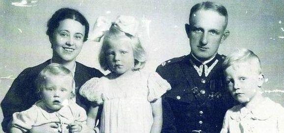 Byli tacy szczęśliwi - Izabela i Stanisław Komorniccy z dziećmi - najmłodszą Mariką, Izabelą i Jackiem.  Wybuch wojny  zapoczątkował pasmo tragedii. Gdy w siedzibie NKWD w Charkowie mordowano jeńców, Izabela z dziećmi deportowana była na Syberię.