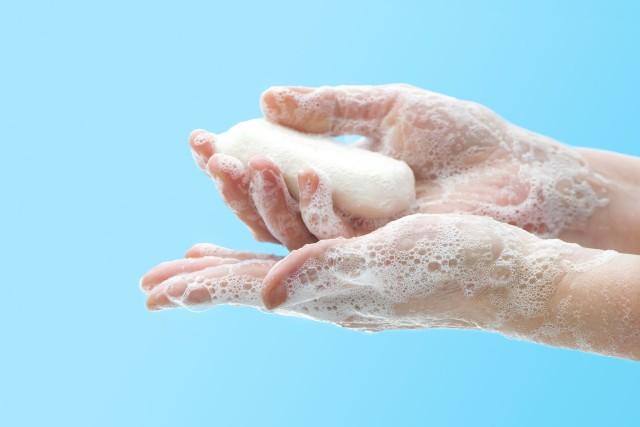Ile razy dziennie trzeba myć ręce, by skutecznie chronić się przed zakażeniem koronawirusem?