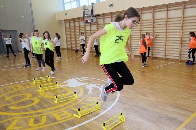 Jak podkreślają nauczyciele wf, dzieci trzeba na nowo nauczyć aktywności fizycznej, bo wielu uczniów zapomniało o ćwiczeniach. Na szczęście tak młodzi ludzie potrafią szybko nadrobić straty
