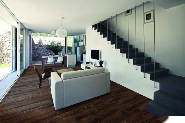 Panele z warstwą winylowąPanele w tonacji ciepłych brązów oraz nasyconych szarości, dzięki widocznej fakturze słoi drewna zapewniają niezwykły efekt dekoracyjny.