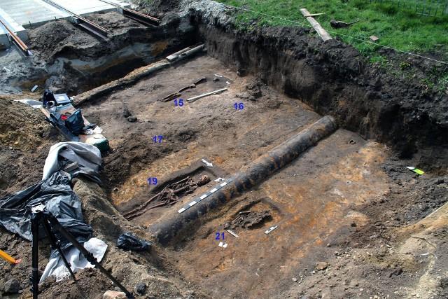 Prace wstrzymano by szczątkami mogli zająć się archeolog i antropolog. Po zakończeniu działań badaczy, na przedsiębiorstwie spoczął obowiązek zorganizowania uroczystości pogrzebowych.