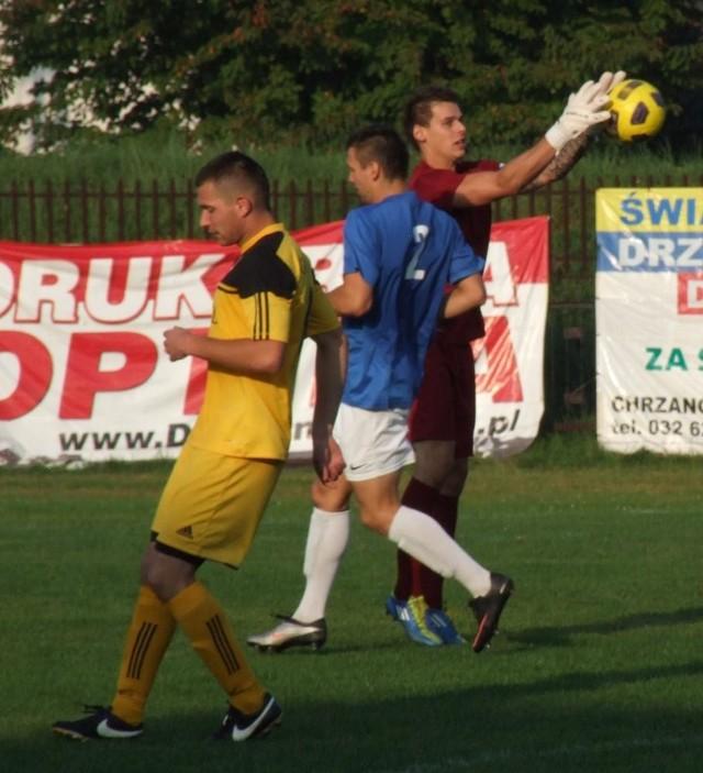 Tomasz Wróbel (w tyle) został nowym bramkarzem MKS Trzebinia-Siersza.