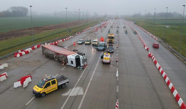 """W niedzielę po godz. 4 rano, doszło do wypadku na autostradzie A4 w miejscowości Hruszowice w pow. przemyskim.- Na pasie w kierunku Krakowa, kierujący samochodem ciężarowym zaczepił kołem o plastikowy sepator, w wyniku czego stracił panowanie i przewrócił zespół pojazdów - informuje policja. Funkcjonariusze zbadali trzeźwość kierowcy, obywatela Ukrainy - miał w organizmie około 2 promili. Ruch na A4 odbywa się środkiem przez miejsce przygotowane do poboru opłat, wprowadzono ograniczenie prędkości. Utrudnienie mogą potrwać nawet do godz. 16, ze względu na rozładunek tira oraz uszkodzoną infrastrukturę. <script class=""""XlinkEmbedScript"""" data-width=""""640"""" data-height=""""360"""" data-url=""""//get.x-link.pl/0ef0136b-2430-1f15-9669-d50b63ba509f,7fa8174a-5eab-0f60-9fdb-79788748b3b2,embed.html"""" type=""""application/javascript"""" src=""""//prodxnews1blob.blob.core.windows.net/cdn/js/xlink-i.js?v1""""></script>"""