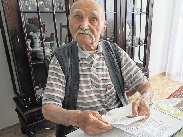 Józef Kryszak w marcu  skończył 100 lat.  Wiersze zaczął pisać na emeryturze. Zrodziły się z obserwacji codziennego życia i przemyśleń. Jak choćby cytowany wyżej wiersz o strajkach z 1980 roku