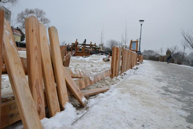 Zielona Góra, 21 stycznia 2019 rok. Wandale zniszczyli płotek koło placu zabaw na Winnym Wzgórzu