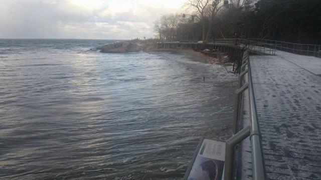 Wzburzona woda solidnie podmyła promenadę prowadzącą na Początek Polski. Całkowicie zniknęła też plaża.