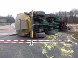 Nowy Tomyśl: Sylwester rozpoczął się wypadkami na drogach. Cysterna przewróciła się na rondzie