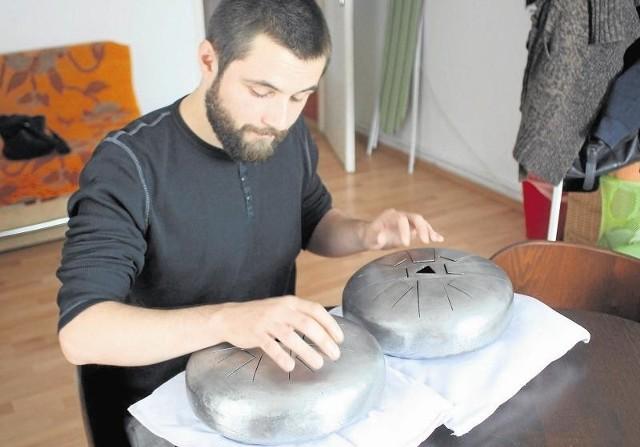 Bębenki Michała Wawrzyniaka poza materiałem, a tym jest stal, nie przypominają tych z Trynidadu