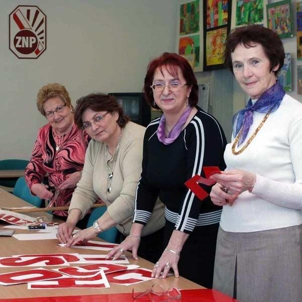 Nauczyciele szukują transparenty, które zabiorą do Warszawy