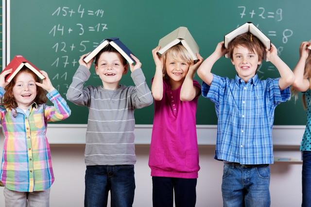 W ramach programu rodzice - bez względu na dochody - mogą otrzymać jednorazowo 300 zł na zakup podręczników, zeszytów, sprzętów potrzebnych uczniom oraz pozostałego wyposażenia niezbędnego dzieciom uczącym się w szkołach podstawowych, liceach, szkołach policealnych oraz innych placówkach edukacyjnych do ukończenia 20. roku życia lub 24 lat w przypadku osób z niepełnosprawnościami.
