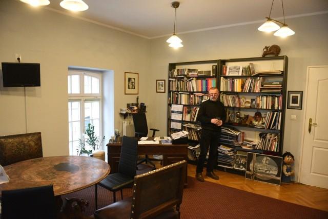 Dyrektor teatru Andrzej Churski w swoim gabinecie