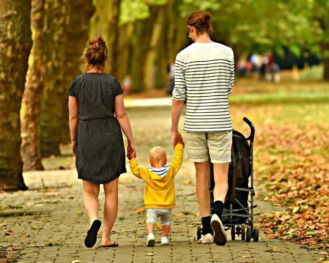"""Jak wynika z opublikowanej przez Główny Urząd Statystyczny analizy zatytułowanej """"Trwanie życia w 2019 roku"""", przeciętne trwanie życia mężczyzn w Polsce wyniosło 74,1 lat, a kobiet 81,8 lat. W porównaniu z 2018 r. trwanie życia w ubiegłym roku wydłużyło się odpowiednio o blisko 3,5 i 1,5 miesiąca, a biorąc pod uwagę rok 1990 o 7,9 i 6,6 lat.Co ciekawe, jak wynika ze statystyk, wrocławianie znajdują się w grupie w której prognozowany czas życia należy do najdłuższych w kraju. Umieralność wśród mężczyzn nadal jest dużo wyższa niż wśród kobiet, a skala tego zjawiska jest znacznie większa niż w większości krajów europejskich - wynika z analizy GUS. Od tego siedmiu lat utrzymuje się ona na poziomie 7,7 lat.O tym jak wygląda prognozowany średni czas trwania życia mieszkanek i mieszkańców poszczególnych regionów w Polsce w tym dolnoślązaków, a także samych wrocławian, pokazujemy na kolejnych slajdach."""