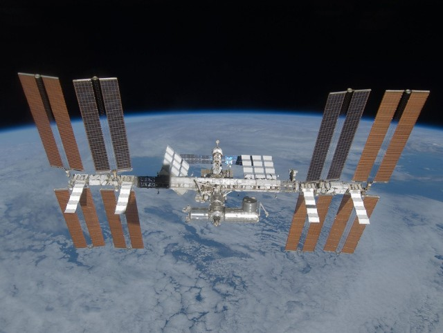 Międzynarodowa Stacja Kosmiczna okrąża Ziemię na pułapie około 400 km (perygeum: 402 km, apogeum: 408 km) średnio co 90 minut.
