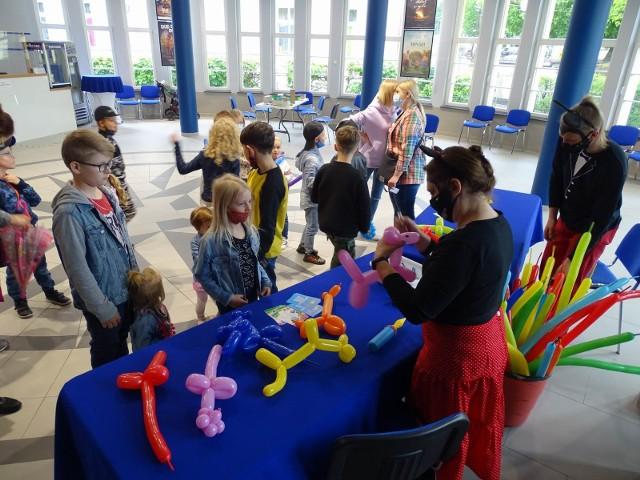 """Dziś Międzynarodowy Dzień Dziecka.  W kinoteatrze """"Rondo"""" odbyły się seanse bajek, przygotowano też zajęcia animacyjne: skręcanie balonów."""