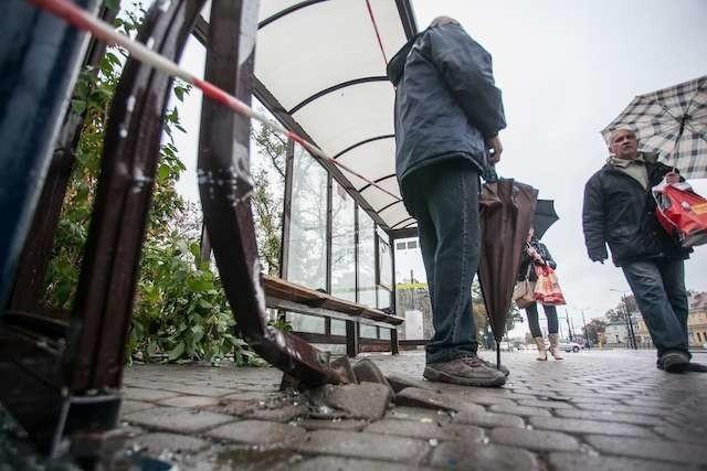 Wypadek na przystanku autobusowymprzystanek Garbary, samochód osobowy