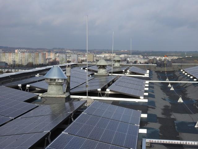 W ramach projektu cztery bloki mieszkalne PSM Winogrady zostały zaopatrzone w systemy wykorzystujące energię promieniowania słonecznego o łącznej mocy 164 kWp.