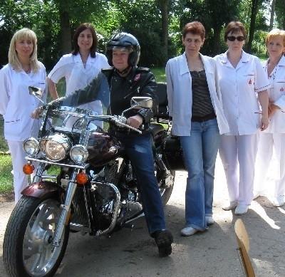 Burmistrz Jedwabnego, Krzyszto Moenke, który też jest motocyklistą, wraz z załogą ambulansu zachęcal do udziału w akcji