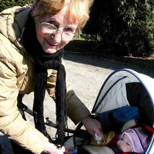 Niania musi być cały czas przy dziecku - mówi Anna Melon, opiekująca się małą Helenką. To jej szósta podopieczna. Kocha dzieci, lubi się nimi zajmować.