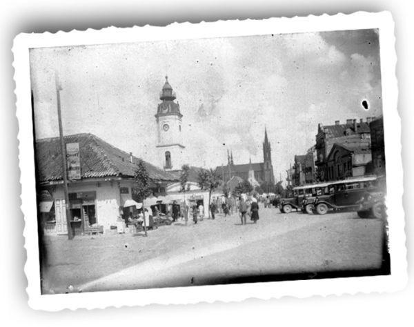 Przystanek autobusowy przed Ratuszem. Około 1930 r. Fot. ze zbiorów Muzeum Podlaskiego w Białymstoku.