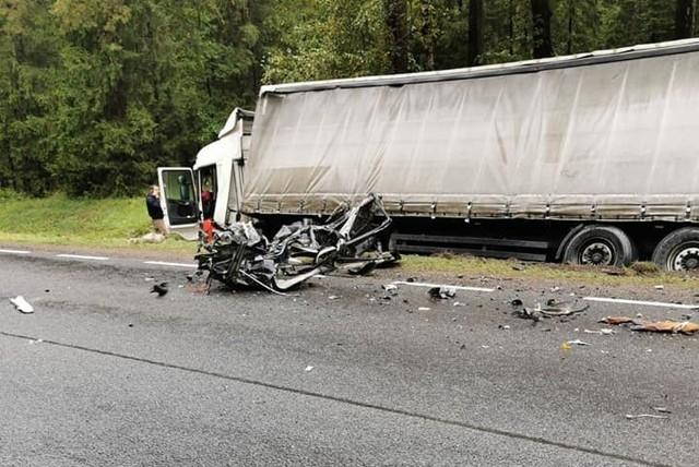 Droga w miejscy wypadku była zablokowana przez kilka godzin. Na miejscu pracowało dziewięć zastępów straży pożarnej, policja i zespół ratownictwa medycznego.
