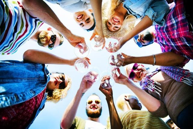 Dla wielu osób alkohol to nieodłączny element każdego spotkania towarzyskiego. Po wypiciu kilku drinków lub kieliszków wina czujemy się odprężeni, wyluzowani i bardziej pewni siebie. Te złudne i krótkotrwałe pozytywne skutki oddziaływania alkoholu na nasz układ nerwowy, mogą prowadzić to błędnych przekonań i… nadmiernego spożycia napojów wysokoprocentowych. Sprawdź, jak alkohol wpływa na nasze zdrowie!
