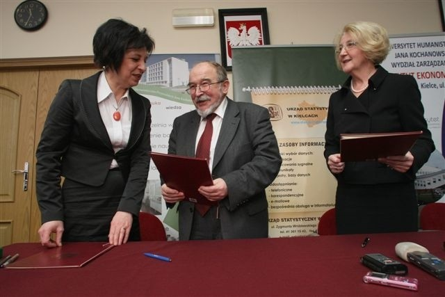 umowę podpisują (kolejno lewej): dyrektor urzędu Statystycznego w Kielcach Lidia Jarosz, prezes GUS Józef Oleński oraz rektor uniwersytetu Regina Renz. fot. D. Łukasik