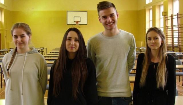 Matura próbna to trening przed wielkim finałem - twierdzą zgodnie maturzyści kazimierskiego Liceum Ogólnokształcącego (stoją od prawej): Wiktoria Wojas, Patryk Sambór, Gabriela Leśniak, Zuzanna Kolanoś.