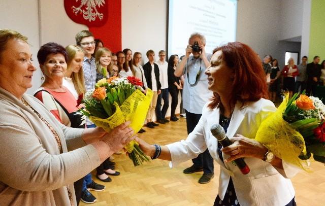Dyr LO nr 1 w Zielonej Górze Ewa Habich odbiera gratulacje od Lidi Gryko