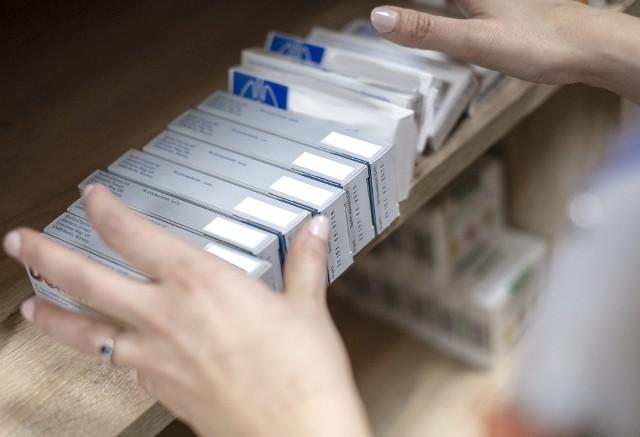 Z pólek aptekarskich znikają leki. Aptekarze szacują, że brakuje nawet 500 preparatów, choć Ministerstwo Zdrowia opublikowało listę tylko nieco ponad 300. Są wśród nich głównie leki na cukrzycę, na choroby tarczycy, kardiologiczne a nawet specjalistyczne onkologiczne.