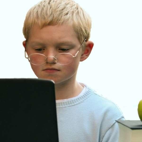 W domu dzieci przesiadują zazwyczaj przy biurku, na którym stoi komputer. Podobnie jak szkolna ławka musi być ono także dopasowane do ich wzrostu.