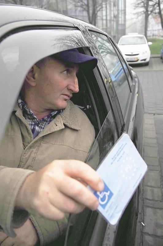 - Ciężko niepełnosprawnemu znaleźć dobre miejsce do zaparkowania - przyznaje Marian Wnęk, którego spotkaliśmy na parkingu na pl. Powstańców Wielkopolskich