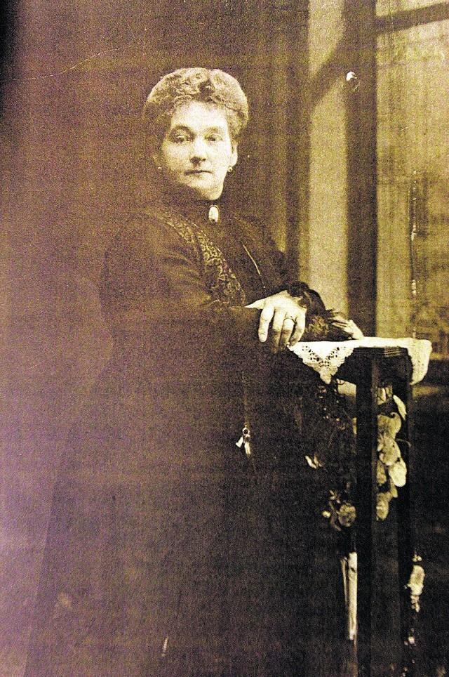 Z fotografii patrzy Helena Anna Geyer, która oprócz sześciorga swoich dzieci wychowała adoptowaną dziewczynkę.
