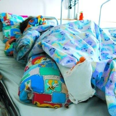 Dziewczynkę w szpitalu odwiedziła ciocia. Teraz Julka pojedzie do rodziny zastępczej. Zostanie tam, aż mama zacznie się leczyć.