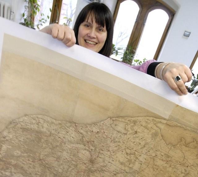 Dorota Ciecholewska pokazuje fragment starej mapy Słupska z 1927 roku.