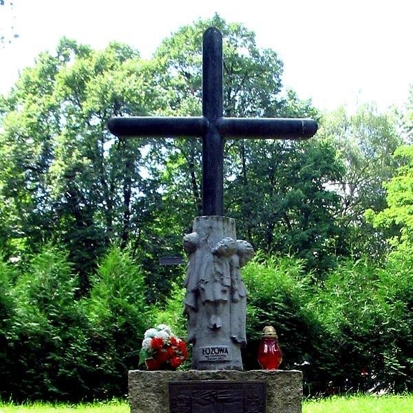 Z pomnika zdjęto rzeźbę przedstawiającą dzieci związanekolczastym drutem.